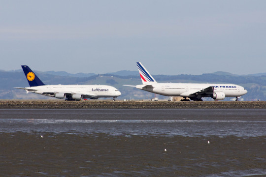 Despite appearances, the Lufthansa A380 is bigger than that Air France Boeing 777. Kohei Kanno/Flickr